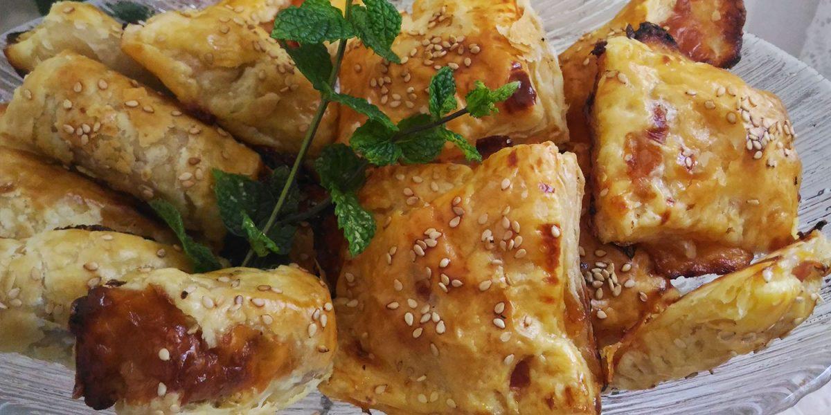 Folhados de salsicha e de fiambre e queijo